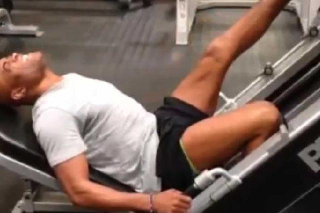 Em recuperação, Anderson Silva reforça exercícios na perna lesionada Reprodução/Instagram/