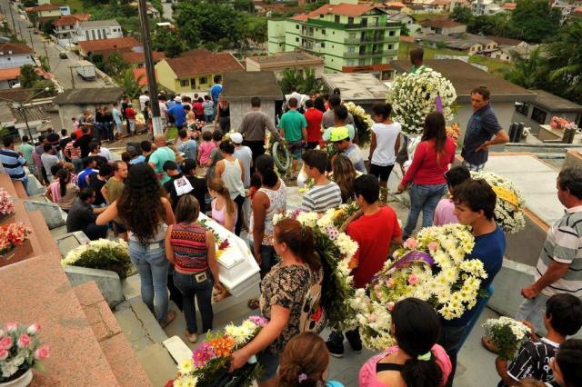 Comoção marca enterro das cinco vítimas de acidente na BR-280 em Guaramirim José Luiz Heleodoro/Especial