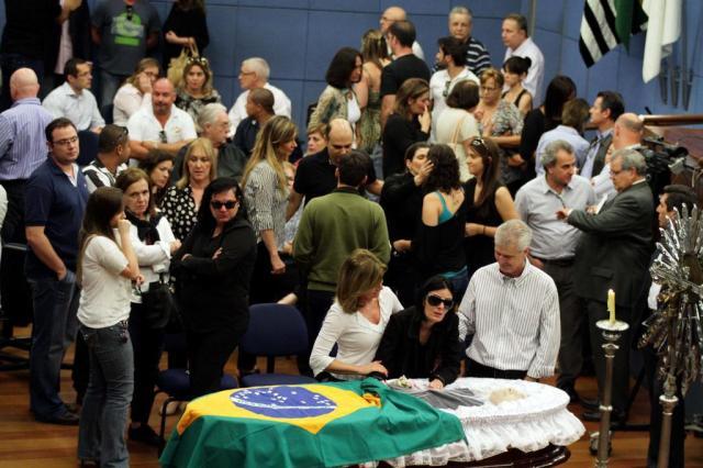 Sob aplausos, Luciano do Valle é enterrado em Campinas DENNY CESARE/ESTADÃO CONTEÚDO