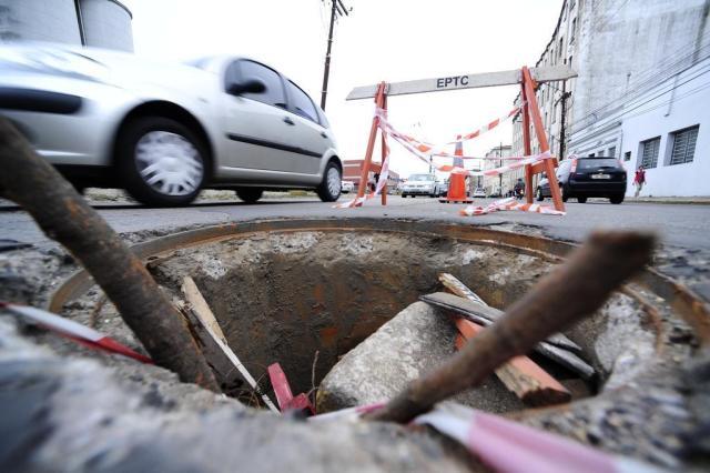 Voluntários da Pátria tem cratera de quase um metro  Ronaldo Bernardi/Agencia RBS