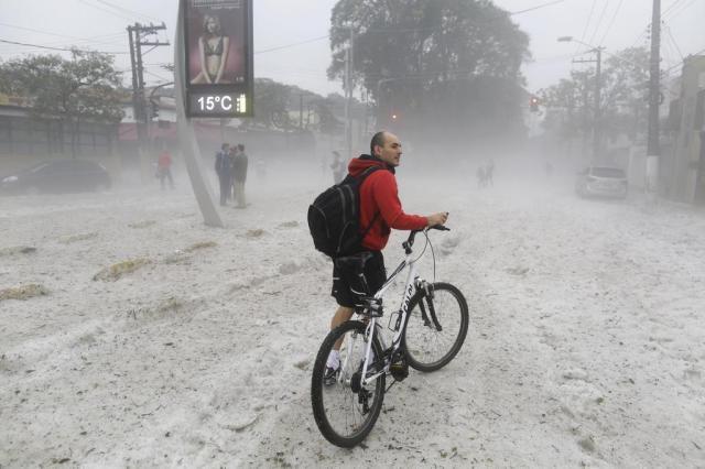 Após chuva de granizo, ruas de SP amanhecem cobertas de gelo NELSON ANTOINE/FOTOARENA/ESTADÃO CONTEÚDO
