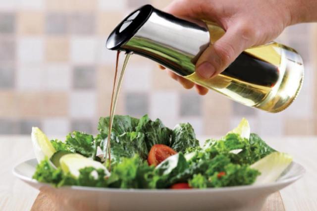 Salada e azeite de oliva ajudam a combater doenças do coração Imeltron/Divulgação