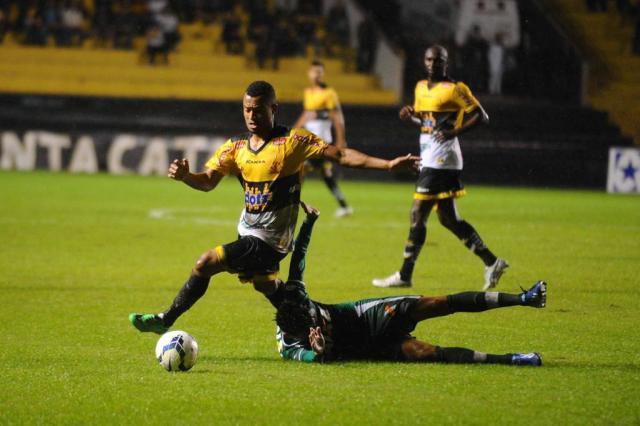 Criciúma vence em casa e afunda a Chapecoense na zona de rebaixamento Caio Marcelo/Agencia RBS