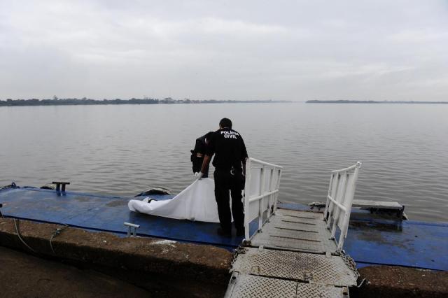 Bombeiros retiram corpo do Guaíba no centro de Porto Alegre Ronaldo Bernardi/Agencia RBS