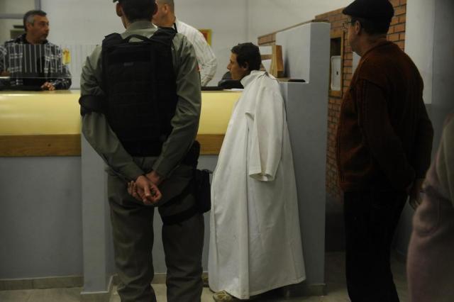 Homem foge de batina após furtar igreja de Porto Alegre Diogo Zanatta/Especial