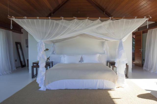 Mosquiteiro é utilizado como recurso decorativo e funcional em suíte na Bahia Tuca Reinés/David Bastos