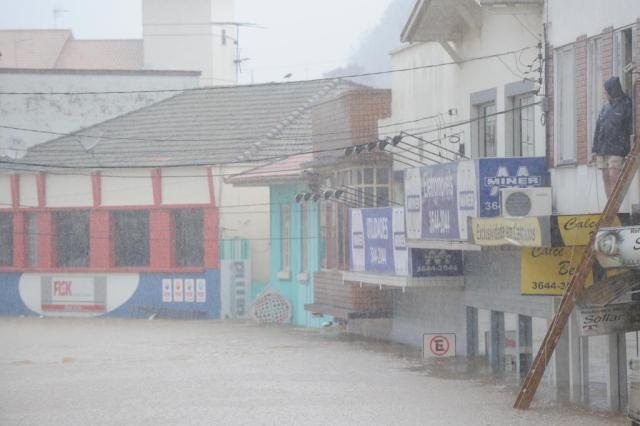 Governos estadual e federal anunciam liberação de R$ 5 milhões para socorro às vítimas das chuvas em Santa Catarina Rodrigo Philipps/Agencia RBS