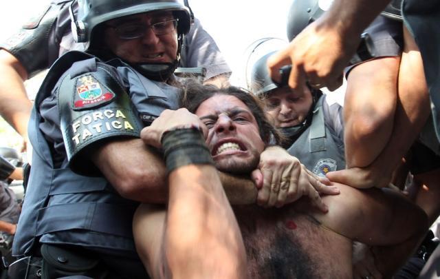 Protesto anti-Copa tem confronto entre policiais e manifestantes ROBSON FERNANDJES//ESTADÃO CONTEÚDO