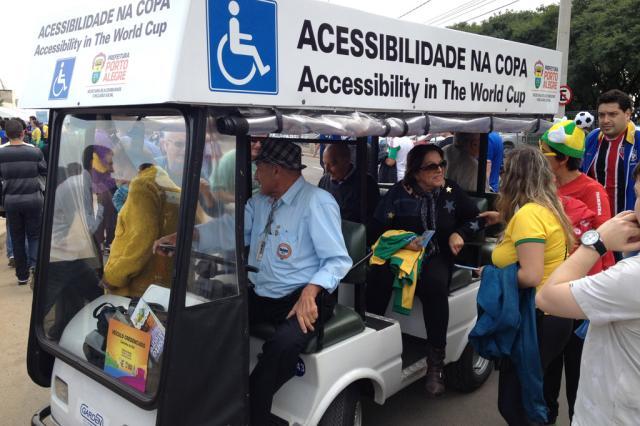 Carrinhos levam idosos e cadeirantes até o estádio Rodrigo Muzell/