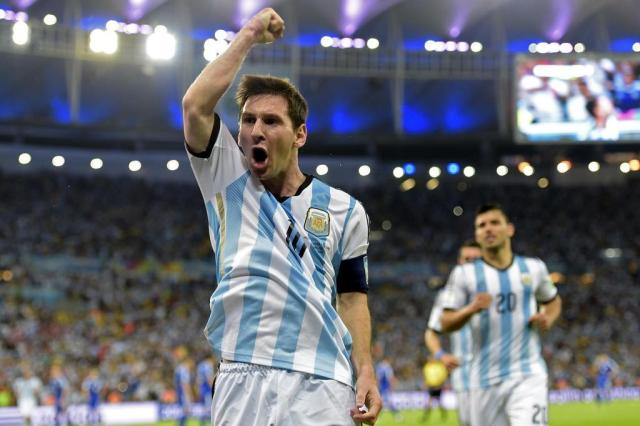 Com golaço de Messi, Argentina vence a Bósnia por 2 a 1 JUAN MABROMATA/AFP