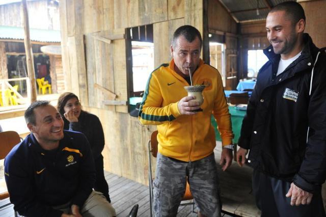 Turistas australianos experimentam chimarrão no Acampamento Farroupilha Lívia Stumpf/Agencia RBS