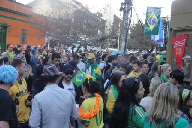"""Copa da """"pegação"""": cantadas e olhares marcam interação entre brasileiros e estrangeiros na Capital André Baibich/ Agência RBS/"""
