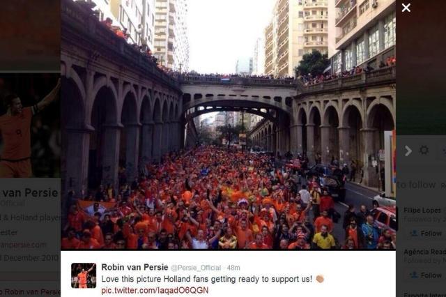 """Van Persie publica imagem de avenida de Porto Alegre tomada por holandeses: """"Amo essa foto"""" Reprodução/Twitter"""