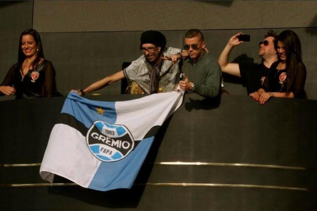 D'Alessandro segura bandeira do Grêmio em evento da Copa Reprodução/Twitter