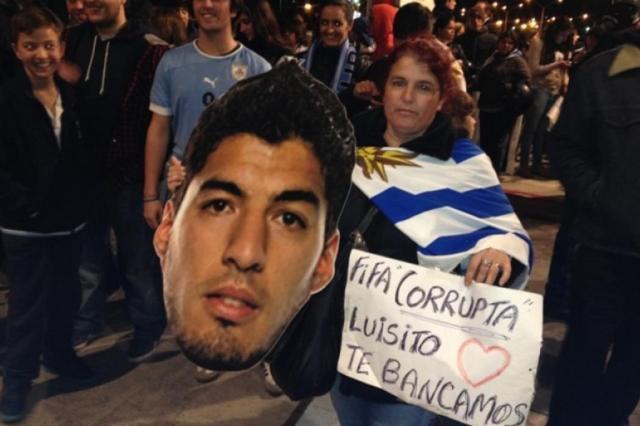 Centenas de torcedores esperam Luis Suárez no Uruguai I. GUIMARAENS/EL OBSERVADOR
