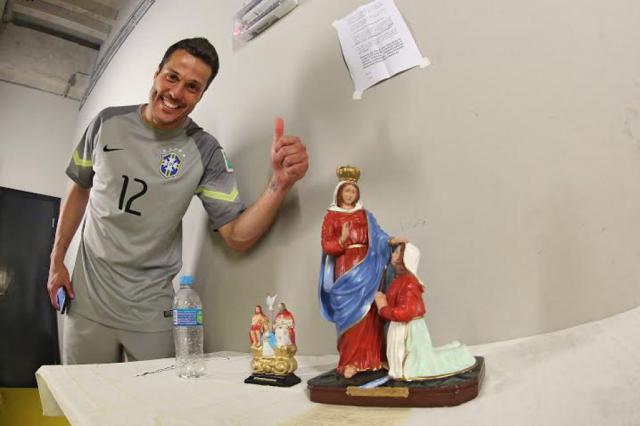 Nossa Senhora de Caravaggio ganha novo devoto: o goleiro Julio César, da Seleção Brasileira CBF/ Divulgação/