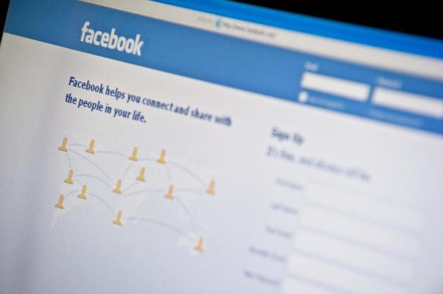 Casais que postam muitas fotos no Facebook são os mais inseguros Nicholas KAMM/afp