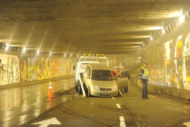 Carro colide em mureta do Túnel da Conceição nesta madrugada Carlos Macedo/Agencia RBS
