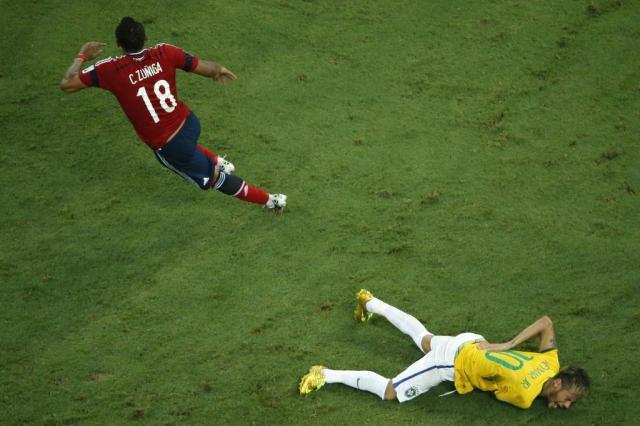 Neymar sofre lesão na coluna e está fora da Copa do Mundo FABRIZIO BENSCH/AFP