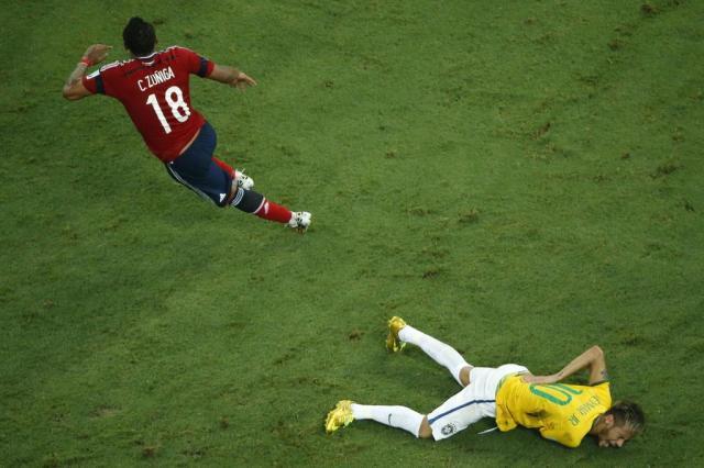 Site faz leilão da camisa que Zuñiga vestiu diante do Brasil na Copa FABRIZIO BENSCH/AFP