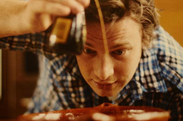 Jamie Oliver ensina duas receitas econômicas Reprodução/Reprodução