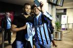 Fernandinho desembarca em Porto Alegre para assinar com o Grêmio  Ronaldo Bernardi/