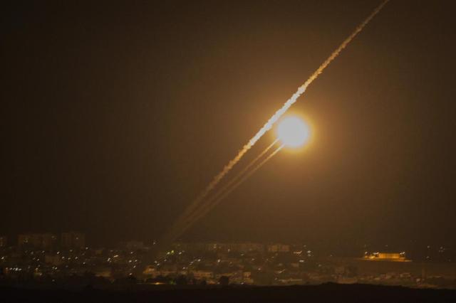 Foguetes são disparados em direção a Israel JACK GUEZ/AFP