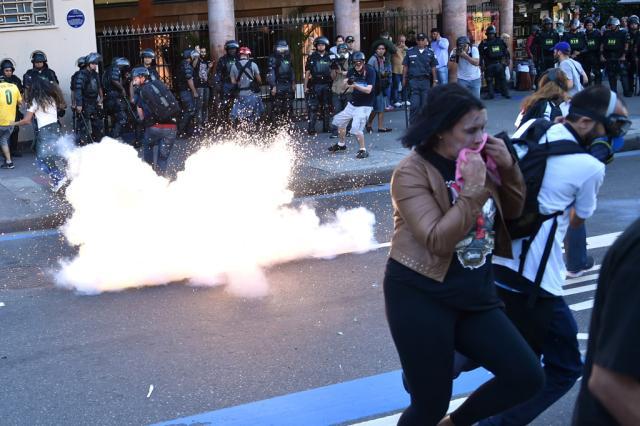 Polícia dispersa manifestantes com gás lacrimogêneo perto do Maracanã Yasuyoshi Chiba,AFP/