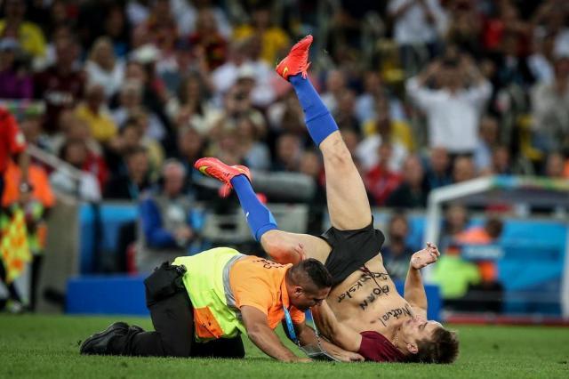 FOTO: humorista russo invade o gramado do Maracanã na final da Copa Thiago Bernardes/Frame/Folhapress