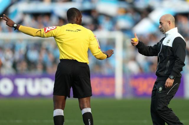 Grêmio terá de pagar multa, mas não perde mando de campo por laranja arremessada no gramado Bruno Alencastro/Agencia RBS