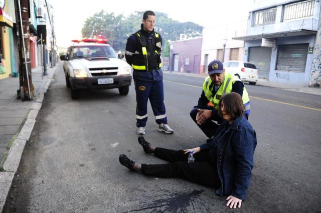 Mulher desmaia após levar pancada na cabeça durante assalto na Cidade Baixa Ronaldo Bernardi/Agência RBS