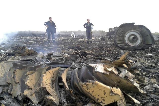 Corpos são achados na zona em que caiu o avião malaio na Ucrânia Maxim Zmeyev/Reuters