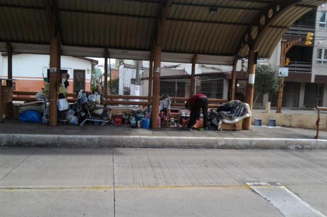 Morador de rua transforma parada de ônibus em casa em Porto Alegre Roberto Coelho/Arquivo Pessoal