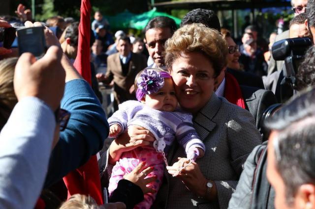 Dilma conversa com eleitores e posa para fotos em Uruguaiana Tadeu Vilani/Agência RBS