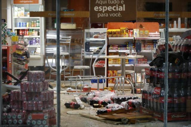 Resultado de imagem para torcedores do Inter quebram posto de gasolina