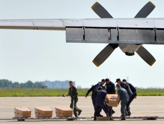 Caixas-pretas do voo MH17 chegam à Grã-Bretanha para análise Genya Savilov / AFP/