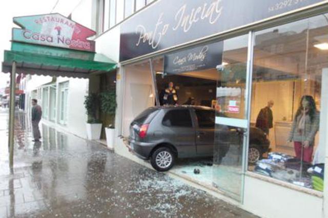 Motorista se confunde ao manobrar carro e invade loja no centro de Flores da Cunha Maiqui Tomé / Rádio Viva / Divulgação/