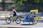 Menino de oito anos comove público ao competir em triatlo carregando irmão deficiente Facebook/Divulgação
