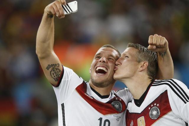 Lukas Podolski volta a atacar no Twitter e homenageia Djalma Santos ADRIAN DENNIS/AFP