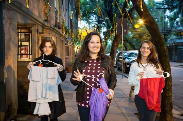 Jovens espalham cabides nas ruas para doação de agasalhos  Fernanda Coelho/Divulgação