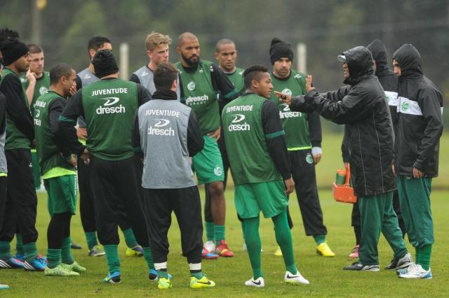 Mesmo com gramado encharcado, Juventude realiza treinamento forte no CFAC Diogo Sallaberry/Agencia RBS
