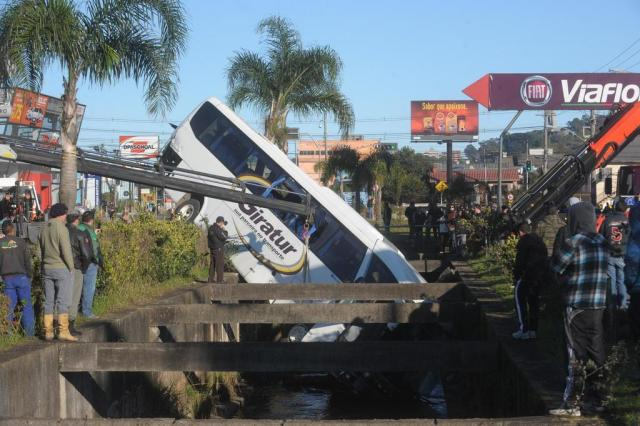 Trânsito flui normalmente na Perimetral Norte, em Caxias, após ônibus ser retirado de arroio Roni Rigon/Agencia RBS