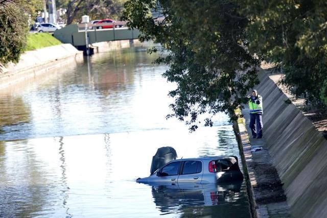 Carro com mulher, criança e cachorro cai no Dilúvio Bruno Alencastro/Agencia RBS