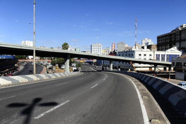 Obras de drenagem bloqueiam alça de acesso da Avenida Castelo Branco, em Porto Alegre  Ronaldo Bernardi/Agência RBS