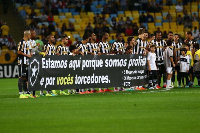 Jogadores do Botafogo protestam contra salários atrasados com faixa  Cleber Mendes/Agência Lancepress!