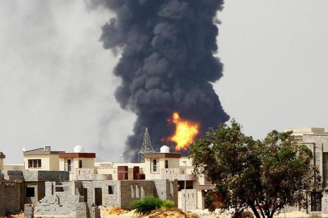 Itália envia sete aviões para combater incêndio em depósito na Líbia MAHMUD TURKIA/AFP