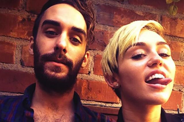 Miley Cyrus faz tatuagem em seu assistente Cheyne Thomas Reprodução/Instagram