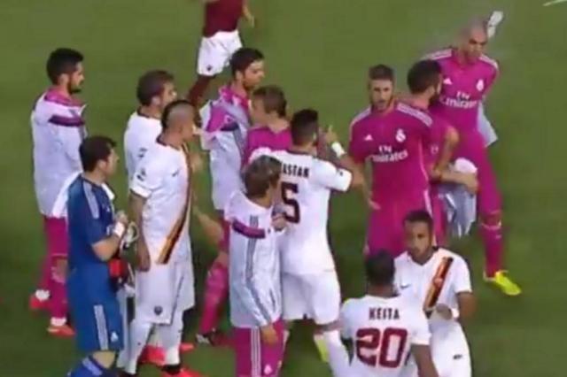 VÍDEO: Keita atira garrafa em Pepe após se negar a cumprimentar o zagueiro Reprodução/Youtube
