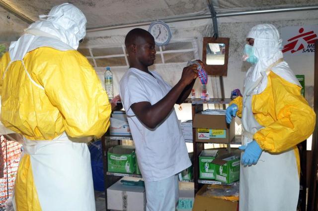 Governo brasileiro reforça vigilância contra vírus ebola em portos e aeroportos CELLOU BINANI/AFP