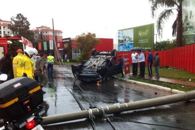 Gestante capota carro e derruba dois postes em Porto Alegre Brigada Militar, Divulgação/